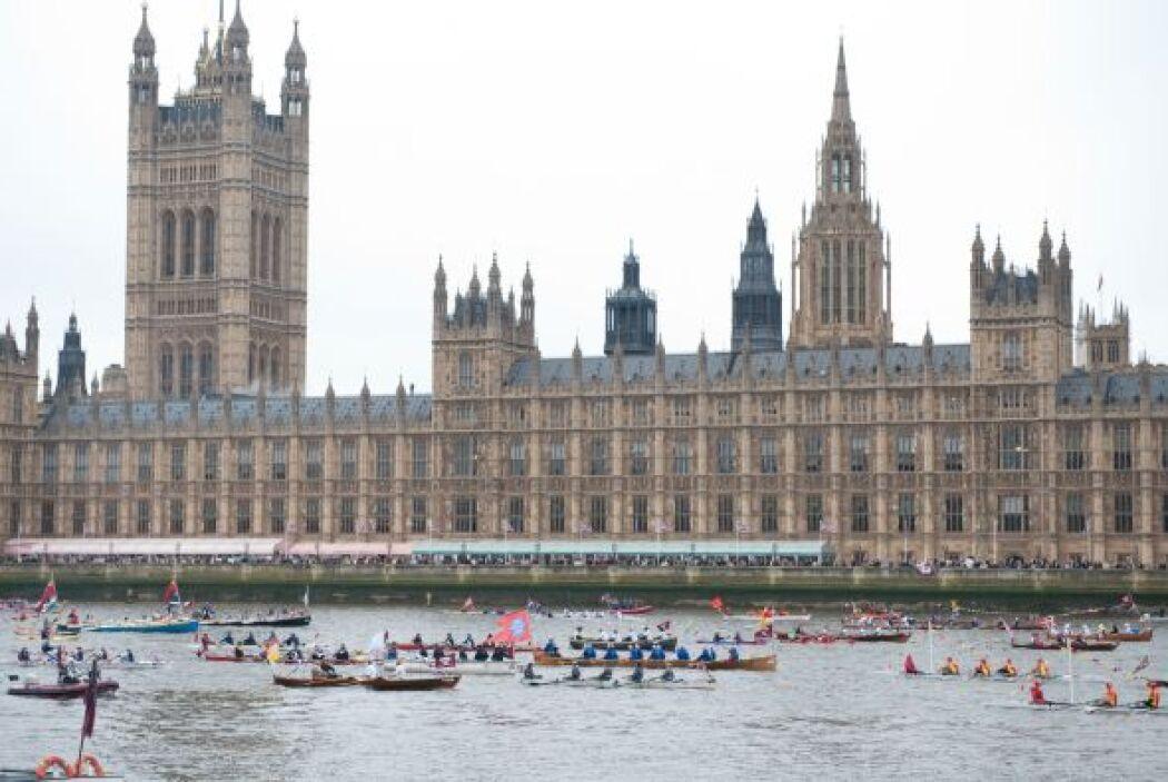 1,000 BOTES- Un desfile fluvial a través del río Támesis fue parte de la...
