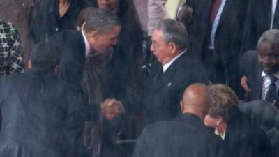 El presidente Barack Obama saluda al presidente de Cuba, Raúl Castro, du...
