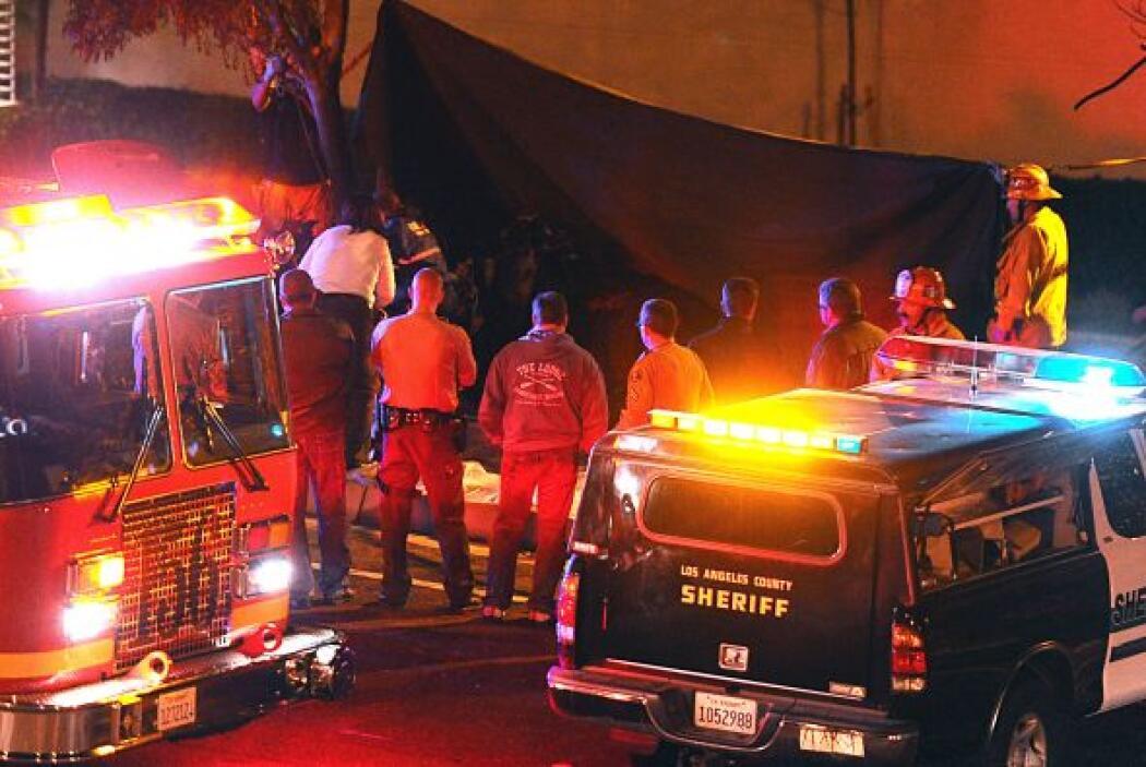 Bomberos durante el levantamiento de los cuerpos Paul Walker y su amigo...