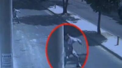 Las cámaras de vigilancia mostraron el momento en que el adolescente, re...