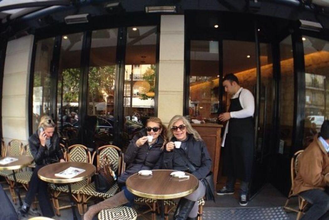Las dos hermanas se reunieron y tomaron un cafecito parisino.