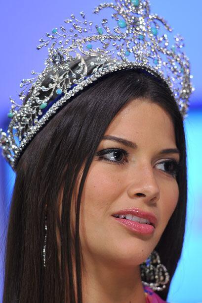 La reina hizo gala de la corona que el mismo público eligi&oacute...
