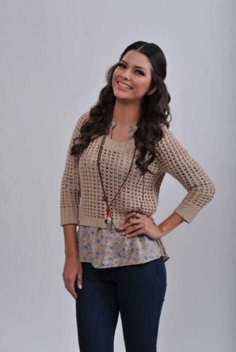 Ana Patricia González estuvo bella en un top con agujeros color beige.