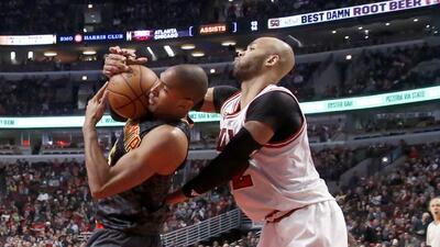 Al Horford (izquierda) de los Hawks de Atlanta y Taj Gibson de los Bulls...