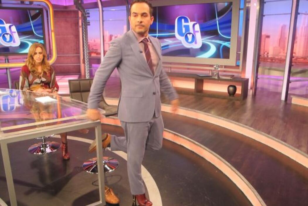 Carlitos se dio cuenta que estos zapatos lo hacían ver más alto.