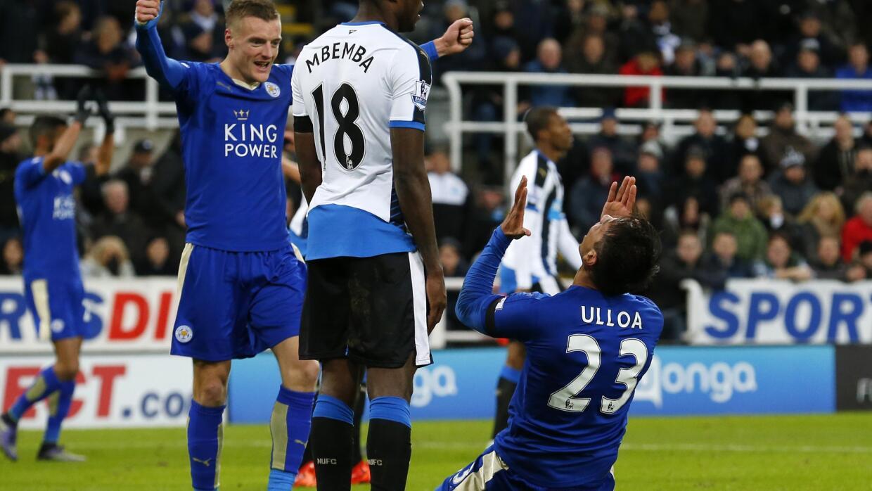 Leonardo Ulloa celebra su gol en el triunfo de Leicester.