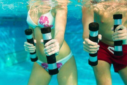 La gimnasia acuática es otra forma divertida de hacer ejercicio y ponert...