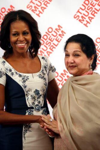 Begum Kalsoom Nawaz, mostró un traje tradicional de Paquistán.