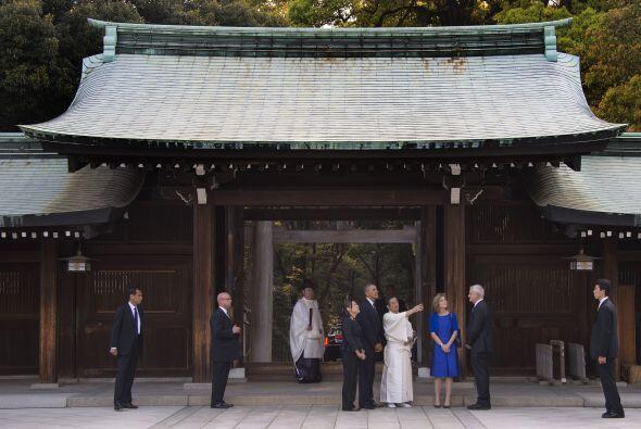 El presidente también acudió al santuario sintoísta...