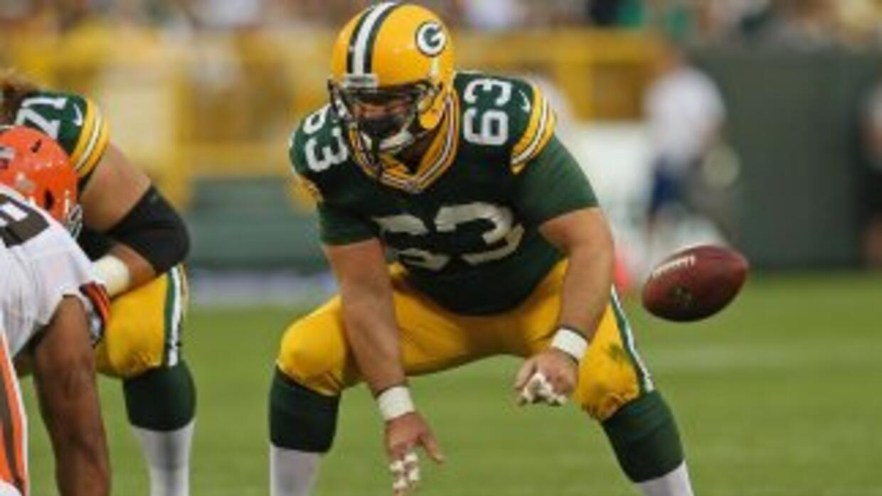 Jeff Saturday no volverá a centrarle el ovoide a Aaron Rodgers.