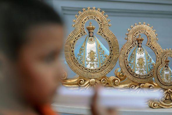 Igualmente, coloca en esta zona los cuadros de nuestros santos, vírgenes...