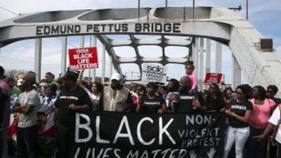 Miles cruzan el puente de Selma.
