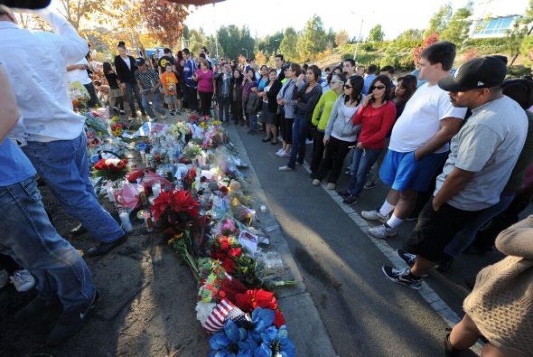 En el lugar del accidente, cientos de seguidores del actor le han rendid...
