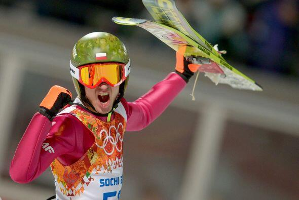 Kamil Stoch de Polonia reacciona después de su segundo alto en la...