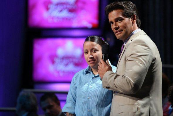 La pareja de Karina Hermosillo estuvo en el show para felicitarla por su...