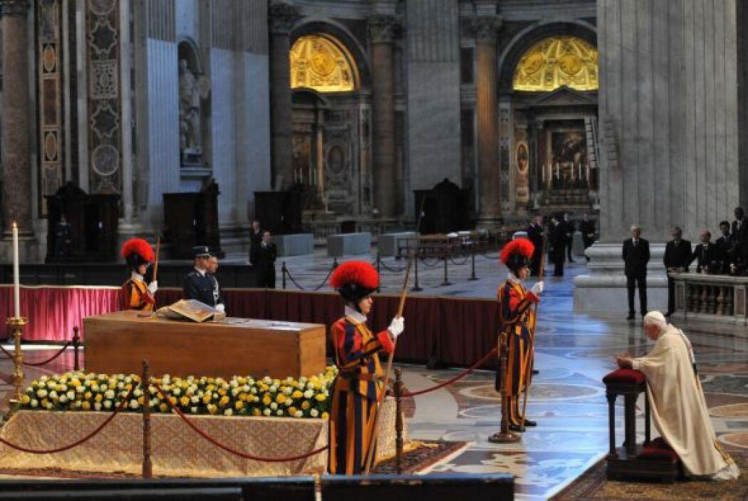 El Papa Benedicto XVI oró frente al féretro de su antecesor. Fue un mome...