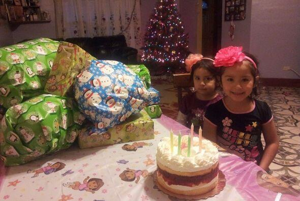 Ashley y Nicole celebrando un cumpleaños con varios regalos.