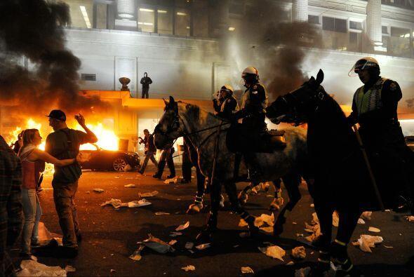 La policía antidisturbios llegó para restaurar el orden en...