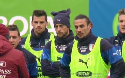 ¡La camiseta del uniforme oficial de la selección de Italia hace masajes!