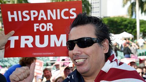 Un seguidor hispano de Donald Trump se manifiesta en Miami, Florida, el...