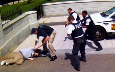 Fiscalía General muestra video de la detención de un hombre armado en la...