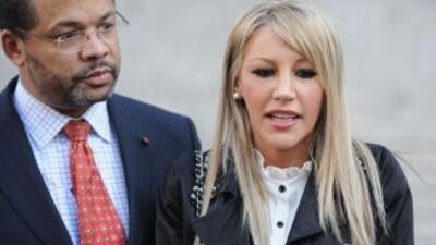 El abogado Tony Evans y la modelo Angelica Marie Cecora luego de la audi...