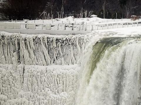 El agua en las cascádas de las Cataratas del Niágara se co...