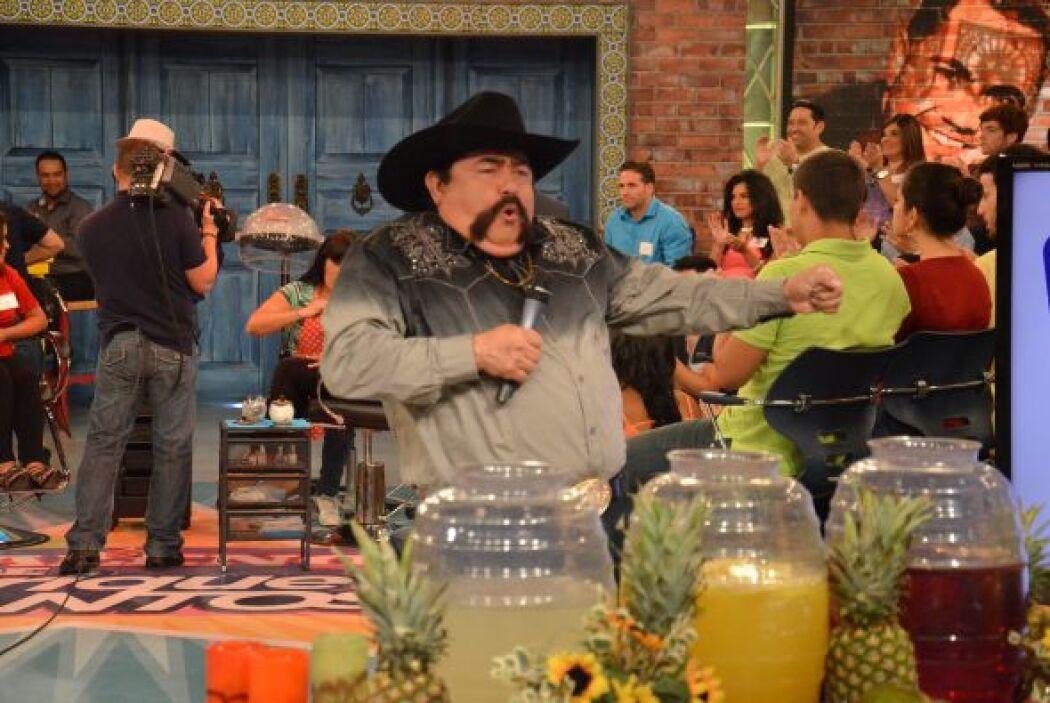 Durante el programa, no deja de divertirse y hacer reír al público.
