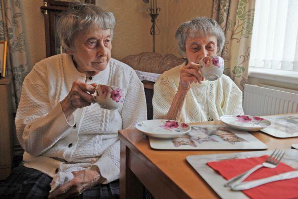 Eso no es lo único que comparten, este par de gemelas comen lo mismo,  i...
