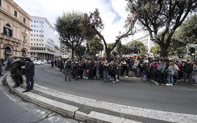 Estudiantes y profesores evacuados de un instituto en Roma donde se sint...