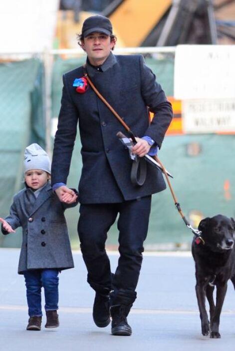 Orlando Bloom y su adorable nene Flynn se cuidan del frío en Manhattan....