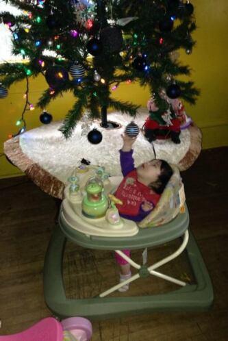 El bebe de María Moreno jugando con los ornamentos del arbolito.
