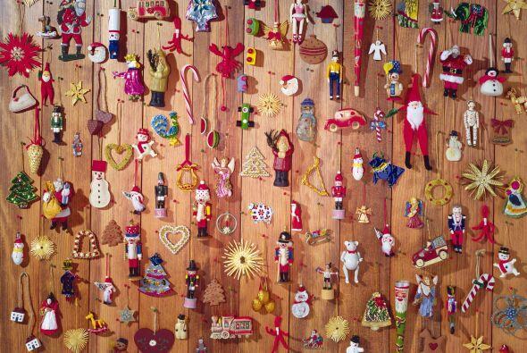 Puedes pegar también tarjetas navideñas para dar la forma del pino lo qu...