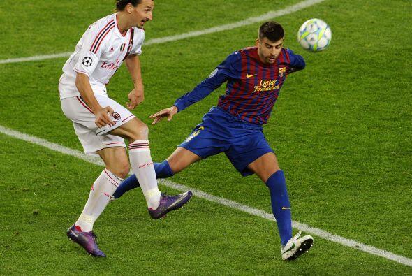 Piqué cumplió una vez más con la labor de marcar a Zlatan y lo hizo de g...