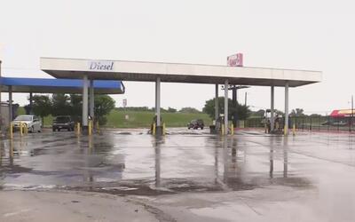 Hombre hispano muere tras ser hallado baleado en una gasolinera en el oe...