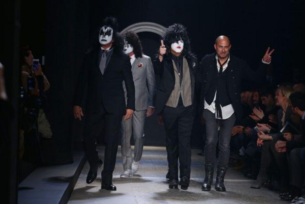 Al final de la pasarela, la banda Kiss apareció acompañada por el talent...
