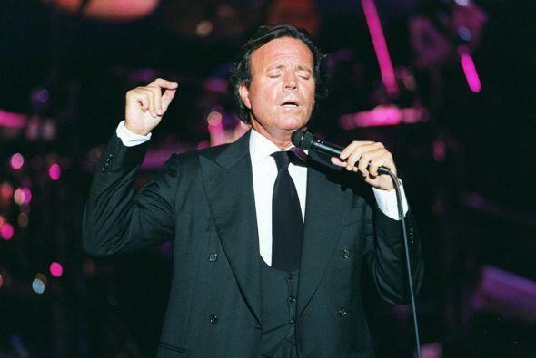 Su talento y carisma lo han colocado como uno de los más grandes cantant...