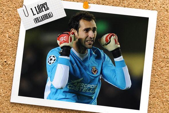 En la portería, el arquero del Villarreal, Diego López, fu...