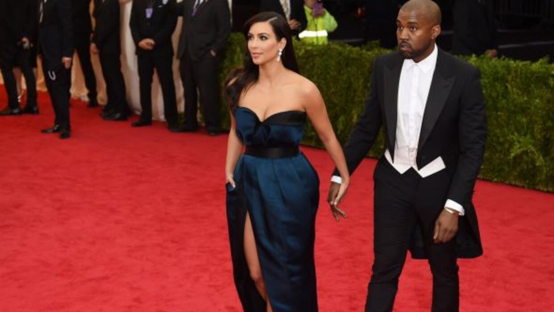 Kim Kardashian mostró su ropa íntima por la pronunciada abertura de su v...