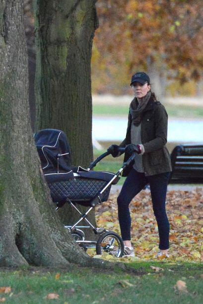 La duquesa de Cambridge llevó a su pequeño príncipe a pasear por los jar...