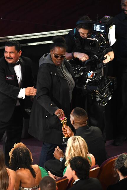 La prometida Vicky tampoco pudo resistirse a tocar el Oscar de Mahershal...