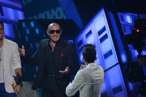 A Pitbull le dio mucho gusto subir al escenario con Prince Royce para re...