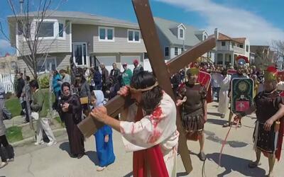 Los católicos de Nueva York conmemoraron el Viernes Santo con viacrucis