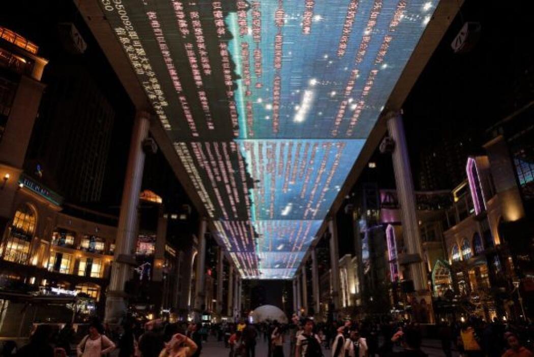 Un enorme cielo alumbrado por luces LED se mostró en el marco de este ev...