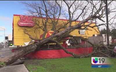 Vientos y lluvia provocan daños a un negocio en Modesto