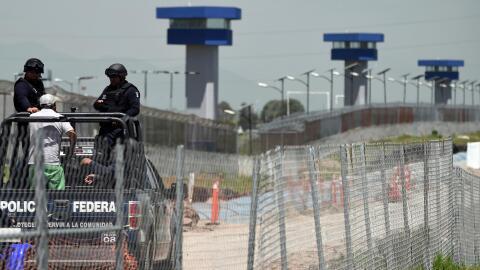 Policías federales patrullan el perímetro de una cárcel mexicana
