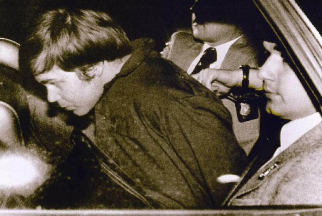 Hinckley fue detenido en el momento y llevado al interior de una patrull...