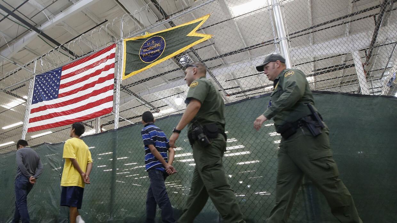 Niños migrantes detenidos por la Patrulla Fronteriza.