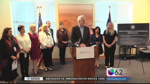 Senador texano presenta un proyecto de ley que ayudaría a víctimas de vi...