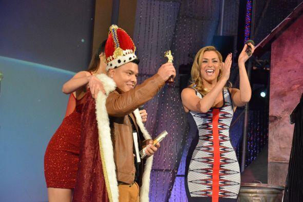 El orgulloso ganador lució espectacular la corona, la capa y su g...